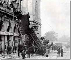 Train_wreck_at_Montparnasse_1895_2